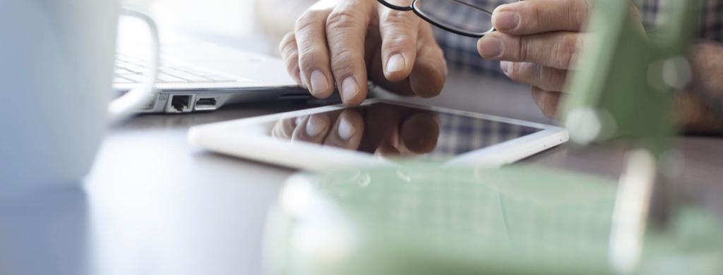 Mann erstellt individuelles Angebot für einen gebrauchten Treppenlift am Tablet