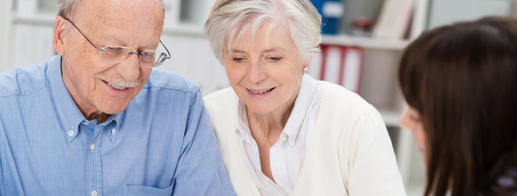 Ehepaar lässt sich Zuhause zu gebrauchten Treppenliften beraten
