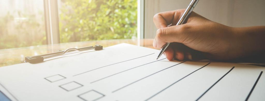 Eine Person erstellt eine Checkliste