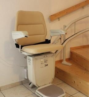 Einbaubeispiel eines gebrauchten Der Treppenlift Sitzliftes mit beigem Polster