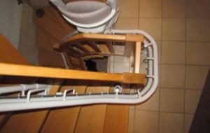Eine Treppe mit einem daran montierten Lift aus der Vogelperspektive