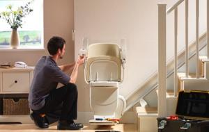 Ein Monteuer installiert einen gebrauchten Treppenlift