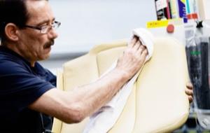 Der Treppenlift Mitarbeiter reinigt ein Sitzpolster