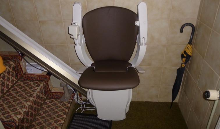 Einbaubeispiel eines gebrauchten Sitzliftes mit braunem Polster von Der Treppenlift