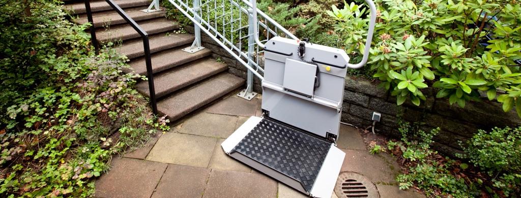 Ein an einer Außentreppe angebrachter Plattformlift