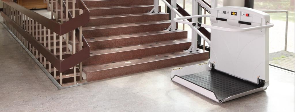 Ein im Treppenhaus angebrachter Plattformlift