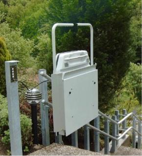Auf Außentreppe installierter gebrauchter Plattformlift