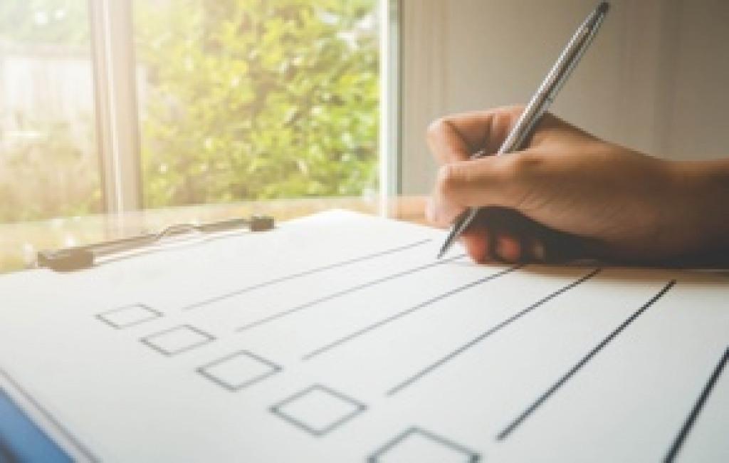 Eine Person macht eine Checkliste