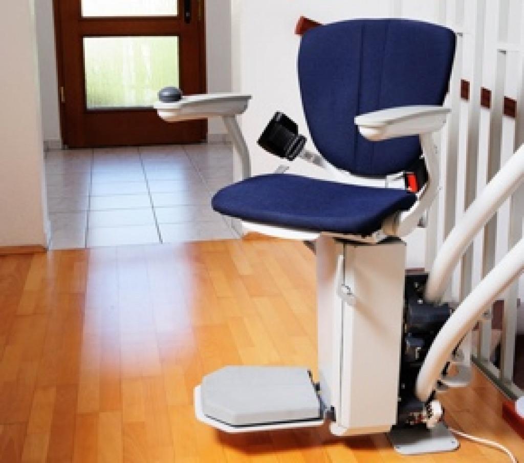 Sitzlift mit blaubem Polster an einer Innentreppe