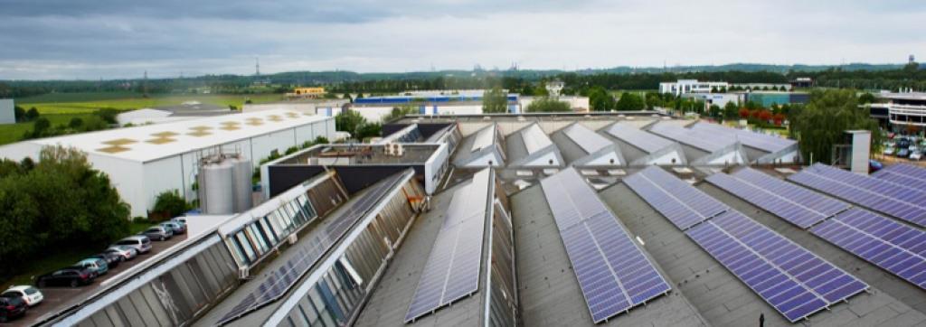 Solarzellen auf dem Dach der Wiederaufbereitungsanlage von Der Treppenlift