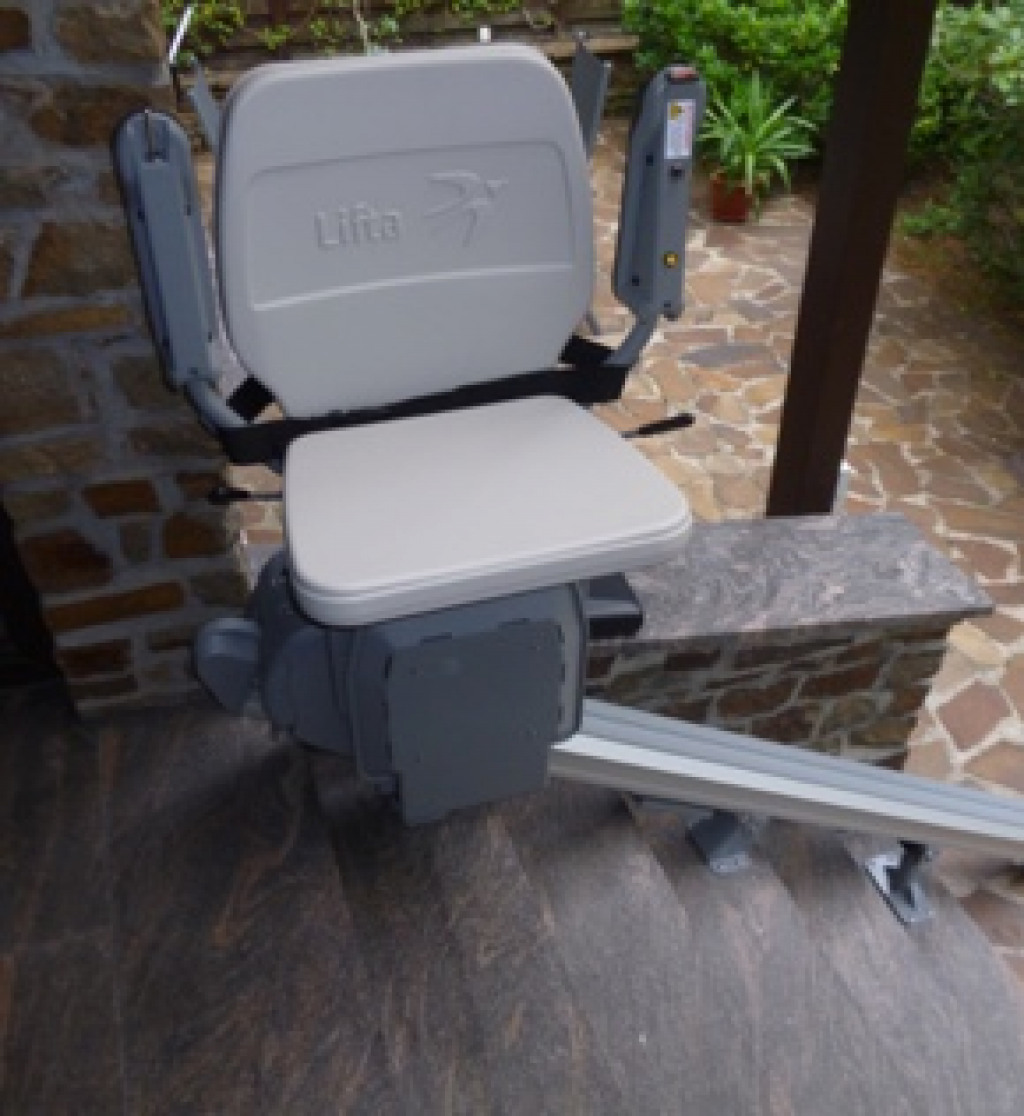 Auf Außentreppe installierter gebrauchter Sitzlift