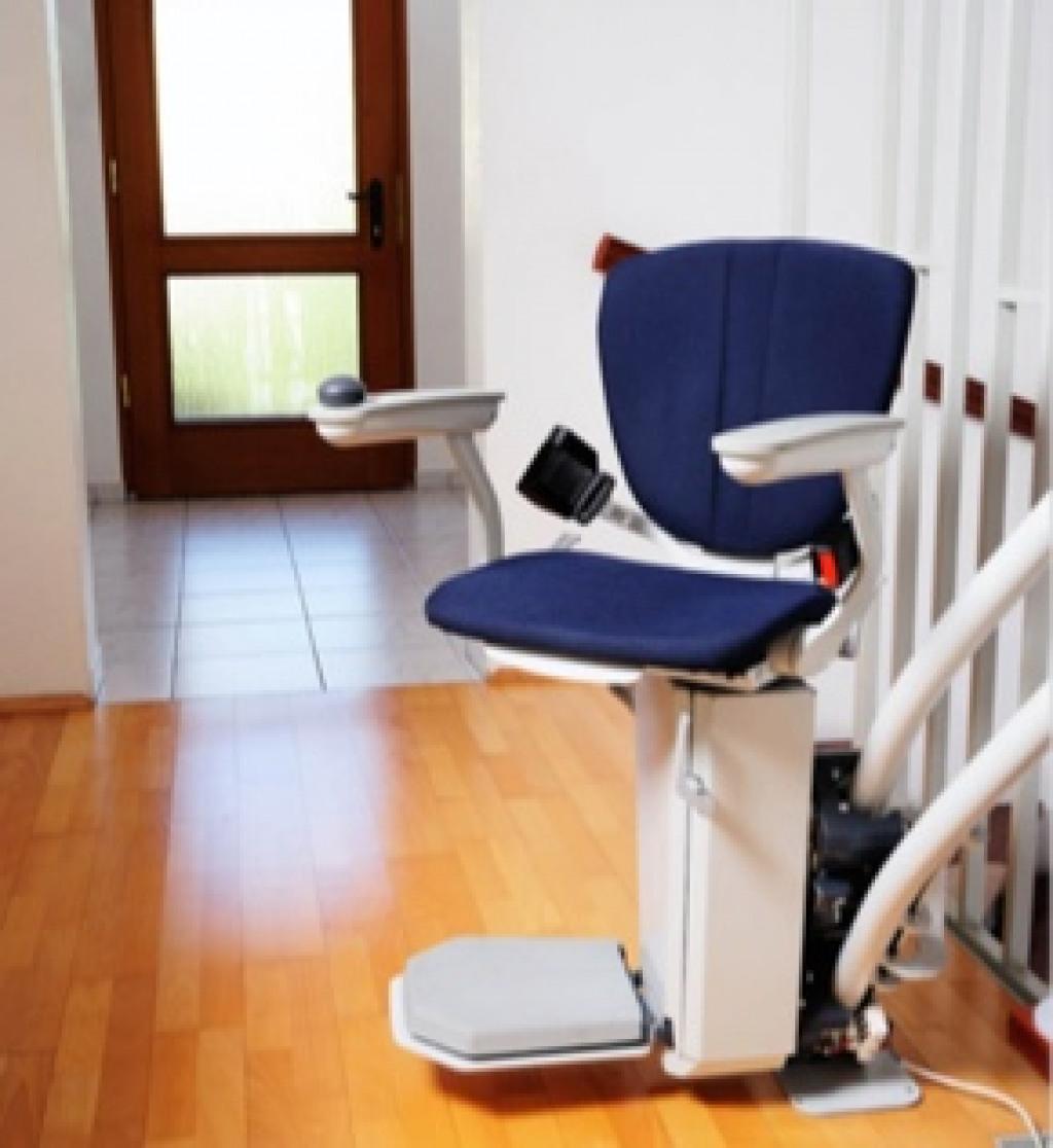 Einbaubeispiel eines gebrauchten Der Treppenlift Sitzliftes mit blauem Polster