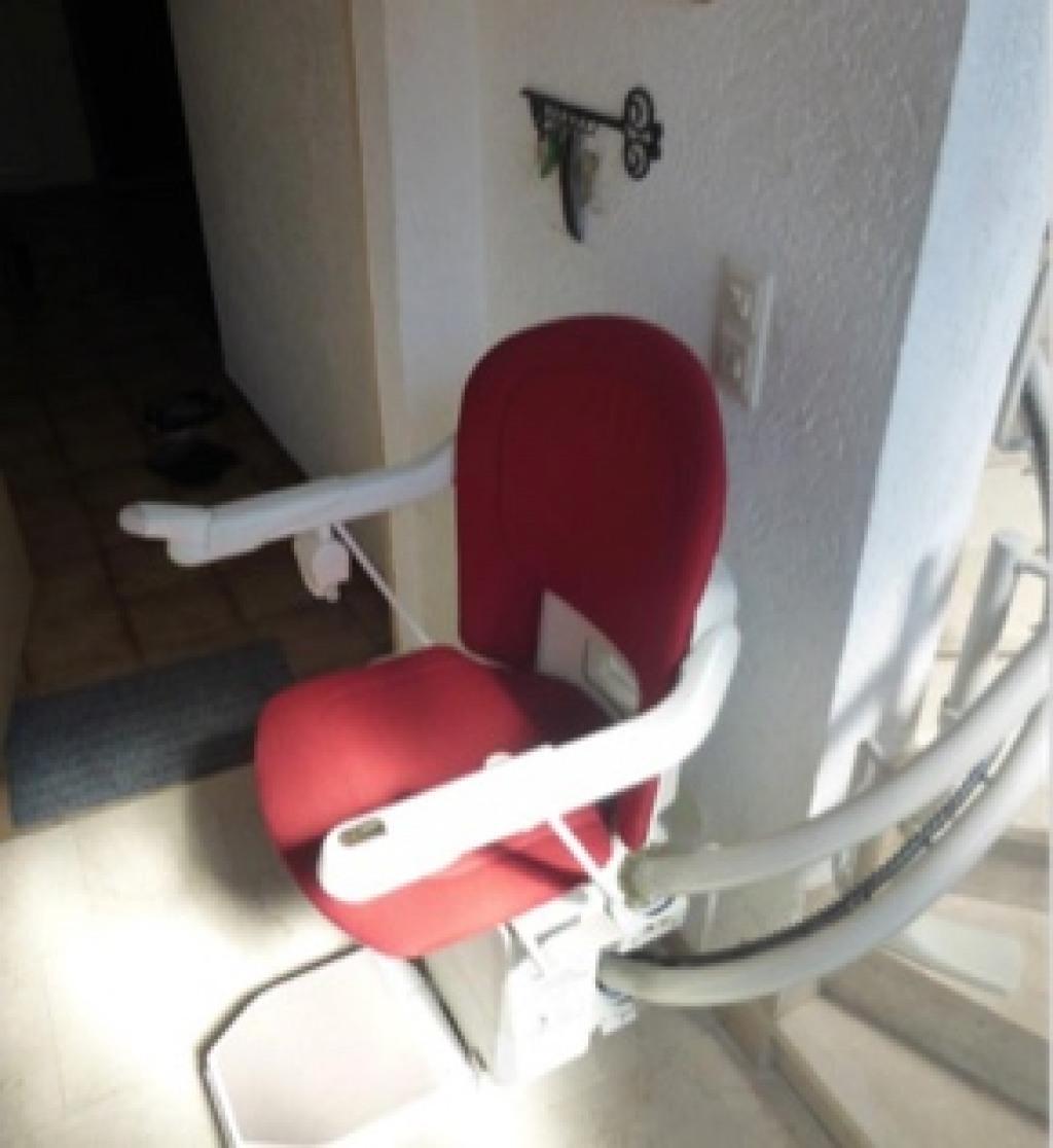Einbaubeispiel eines gebrauchten Der Treppenlift Sitzliftes mit rotem Polster